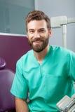 Ung stilig manlig doktor med skägget som ler med vita tänder Fotografering för Bildbyråer