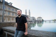 Ung stilig manlig turist i Zurich, Schweiz royaltyfri foto