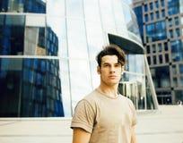 Ung stilig modern grabb som poserar i framdelen av affärsbyggnad, livsstilfolkbegrepp Arkivbild