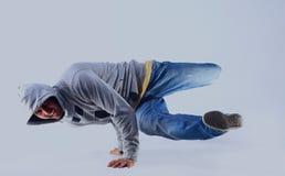 Ung stilig ny man som breakdancing med stilfull kläder Royaltyfri Fotografi