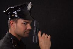 Ung stilig polis med vapnet Royaltyfri Bild