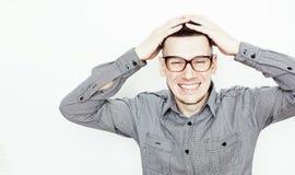 Ung stilig tonårs- hipstergrabb som poserar emotionella bärande glas royaltyfria foton