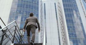 Ung stilig trappa för en affärsmanklättring till affärsmitten