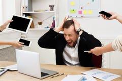 Ung stressad överansträngd affärsman i modernt kontor arkivbild