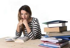 Ung stressad studentflicka som studerar och förbereder MBA provexamen i spänningen som tröttas och den förkrossas Arkivfoton