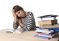 Ung stressad studentflicka som studerar och förbereder MBA provexamen i spänningen som tröttas och den förkrossas Royaltyfri Fotografi