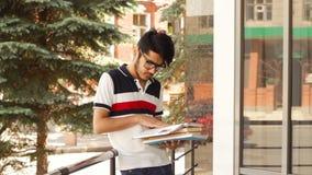 Ung student i sommar lager videofilmer