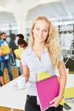 Ung student med hennes start-up lag Arkivbild