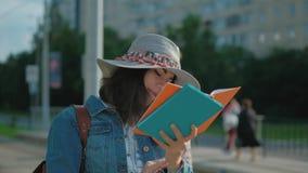Ung student på en bussstation stock video