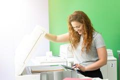 Ung student på en kopieringsmitt arkivfoto