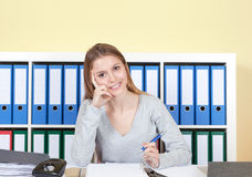 Ung student på kontoret som ser kameran Royaltyfria Foton