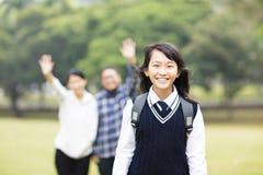 Ung studentflicka med föräldern i skola Royaltyfri Bild