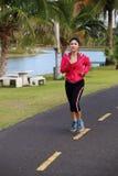 Ung sund asiatisk kvinnaspring Royaltyfria Bilder