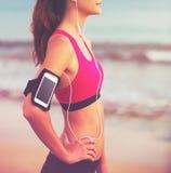 Ung sund konditionkvinna med den smarta telefonen royaltyfria foton