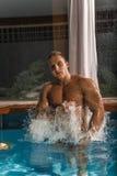 Ung sund man med den muskulösa kroppen royaltyfria bilder