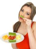 Ung sund nätt kvinna som äter fem en dagfrukt och grönsaker Royaltyfri Foto