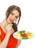 Ung sund nätt kvinna som äter fem en dagfrukt och grönsaker Royaltyfri Bild