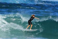 Ung surfare i Southport, Australien Arkivfoton