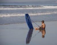 Ung surfare som reflekterar Arkivbilder
