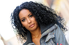 Ung svart kvinna, afro frisyr Arkivbild
