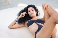Ung svart kvinna, afro frisyr, bärande bikini Royaltyfri Foto