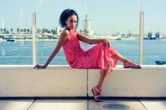 Ung svart kvinna, afro frisyr, i hamnen Royaltyfria Bilder