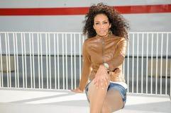 Ung svart kvinna, afro frisyr, i stads- bakgrund Royaltyfria Foton