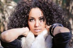 Ung svart kvinna, afro frisyr, i stads- bakgrund Royaltyfria Bilder