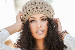 Ung svart kvinna, afro frisyr, i stads- bakgrund Royaltyfri Foto