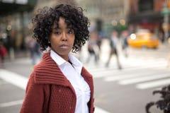 Ung svart kvinna i stad Royaltyfri Foto