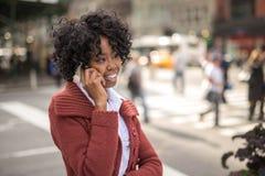 Ung svart kvinna i stad Royaltyfri Bild