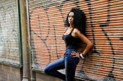 Ung svart kvinna i stads- bakgrund Arkivbilder