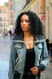 Ung svart kvinna i stads- bakgrund Royaltyfri Bild