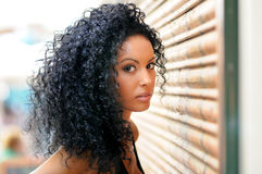 Ung svart kvinna i stads- bakgrund Royaltyfria Foton