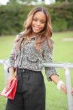 Ung svart kvinna i trendiga kläder royaltyfri foto