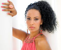 Ung svart kvinna, modell av mode, Royaltyfri Bild