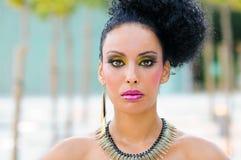 Ung svart kvinna, modell av mode med fantasismink fotografering för bildbyråer