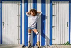 Ung svart kvinna på rullskridskor nära en strandkoja Arkivfoton
