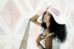 Ung svart kvinna som ha på sig klänning- och sunhatten, afro frisyr Fotografering för Bildbyråer