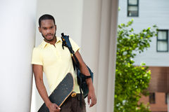 Ung svart Male plattform utvändig witthSkateboard Fotografering för Bildbyråer