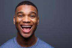 Ung svart man med roligt le uttryck royaltyfri bild