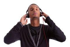Ung svart man som lyssnar till musik arkivbilder