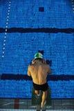 Ung swimmmer på simningstart royaltyfria foton