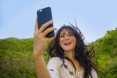 Ung 20-tal för härlig och lycklig asiatisk kvinna för korean eller för kines turist- i den traditionella klänningen som tar selfi arkivfoto