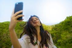 Ung 20-tal för härlig och lycklig asiatisk kvinna för korean eller för kines turist- i den traditionella klänningen som tar selfi arkivbilder