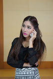 Ung talande mobiltelefon för affärskvinna Royaltyfri Bild