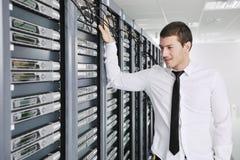 Ung tekniker i datacenterserverlokal Arkivbild