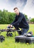 Ung teknikerAssembling UAV parkerar in royaltyfria foton