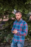 Ung telefon och prata för hipstermanhåll royaltyfri bild