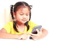Ung thailändsk flicka som använder smartphonen som isoleras på vit Royaltyfria Bilder